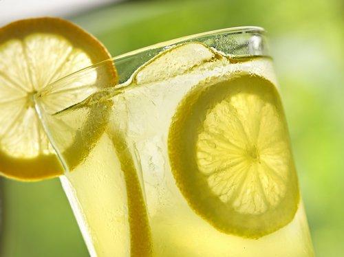 agua tibia de limon